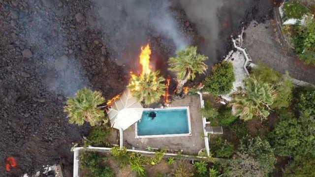 Lava arrasando propiedades en Canarias.