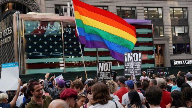 اهتزاز پرچم رنگین کمانی در راهپیمایی معترضان به سیاست تازه دونالد ترامپ