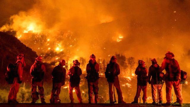 yangınla mücadele eden itfaiyeceiler