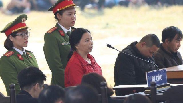 Trong phần xét hỏi, Bùi Thị Kim Thu khai không chứng kiến các bị cáo khác hiếp dâm Duyên.