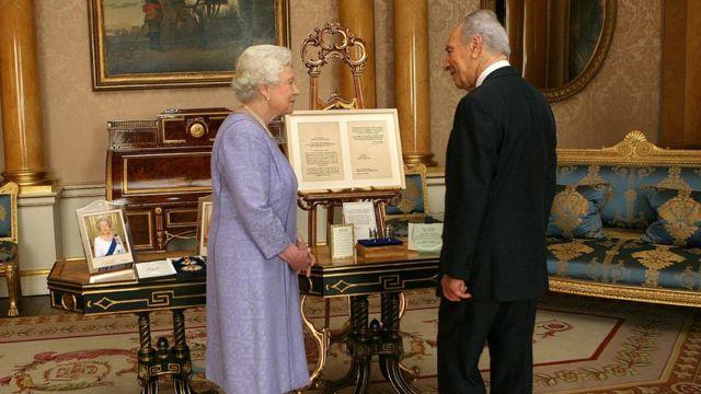 ब्रिटेन की महारानी एलिज़ाबेथ के साथ शिमोन