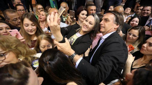 Bolsonaro kadınlarla fotoğraf çektirirken.