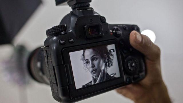 Una mujer haciendo modelaje