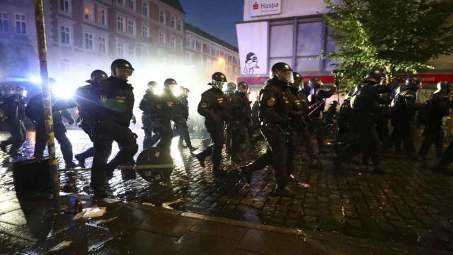 漢堡防暴警察衝向示威者(8/7/2017)