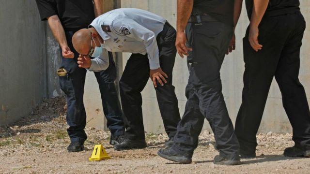 El jefe del servicio penitenciario israelí Arik Yakov investiga fuera de la prisión de Gilboa en el norte de Israel