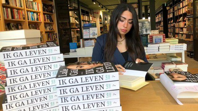 Hollanda'da romanı nedeniyle tehditler alan Lale Gül'ü ailesi reddetti -  BBC News Türkçe
