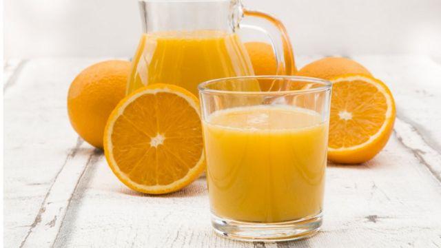 Vaso, jarra y naranjas.