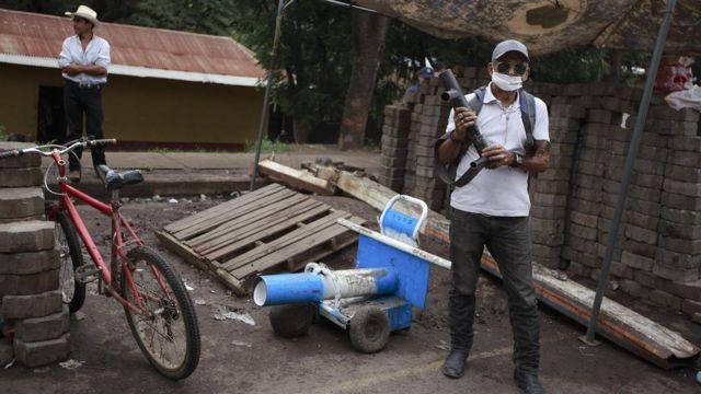 Campesinos custodian el tranque de La Trinidad.