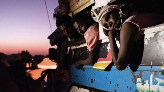 Yerinden edilmiş Tigrayanları taşıyan bir otobüs