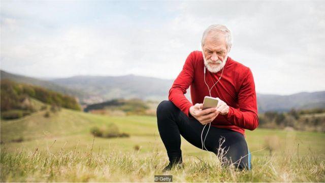 Idoso com celular