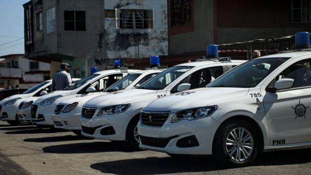 Grupo de automóviles de la policía en La Habana, Cuba.