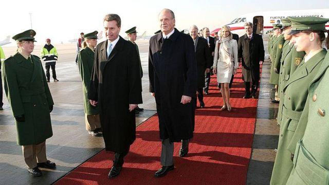 Juan Carlos I camina por delante de Corinna zu Sayn-Wittgenstein en una visita a Alemania en 2006.