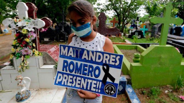 Niña rinde homenaje a muerto en las protestas en Nicaragua.