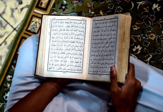 شخص يقرأ القرآن