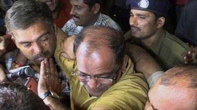 महेश शाह को ले जाती पुलिस और आयकर अधिकारी
