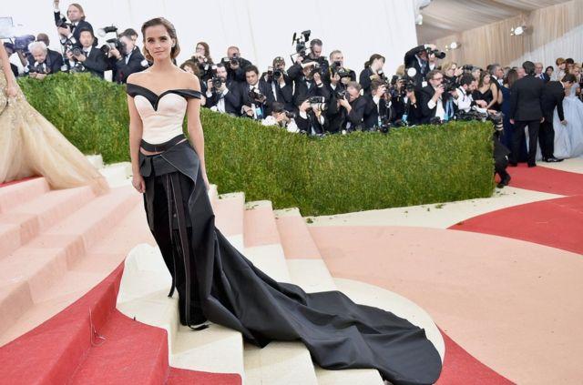 演员艾玛·沃特森(Emma Watson)在纽约大都会艺术博物馆时装馆慈善舞会(The Metropolitan Museum of Art Costume Institute Gala,简称Met Gala)上穿着的这条卡尔文·克莱恩(Calvin Klein)品牌的裙子是由回收的塑料瓶制成的。