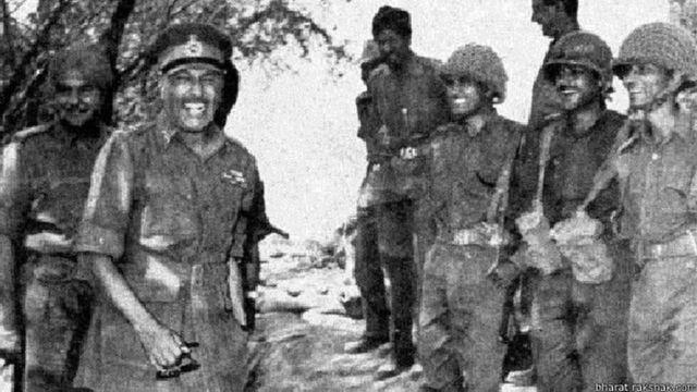 तत्कालीन सेनाध्यक्ष जनरल चौधरी मोर्चे पर भारतीय सैनिकों के साथ बातचीत करते हुए.