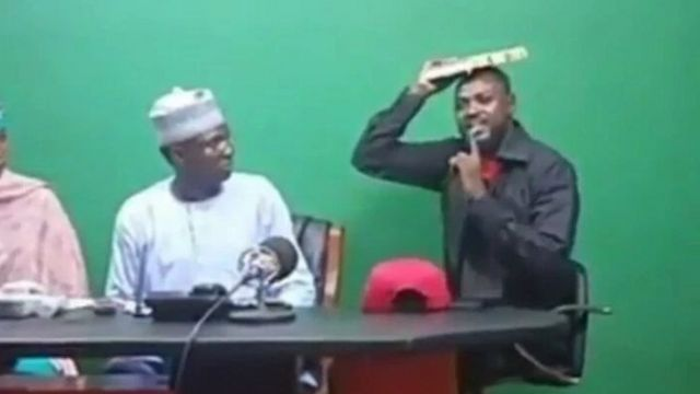Hoton Adam Zango dauke da Kur'ani yayin rantsuwar