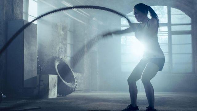Una mujer haciendo ejercicios.