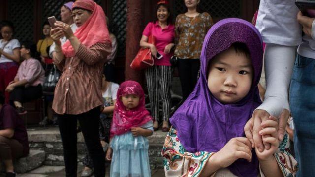 مسلمون يحتفلون بعيد الفطر بعد شهر من الصيام في بكين، الصين. يونيو/حزيران 2016