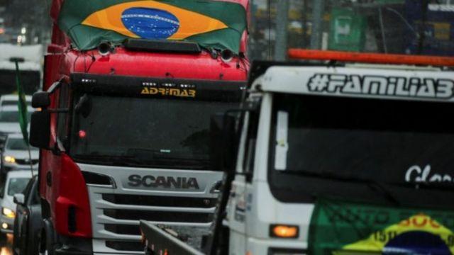 Caminhoneiros em passeata a favor de Bolsonaro