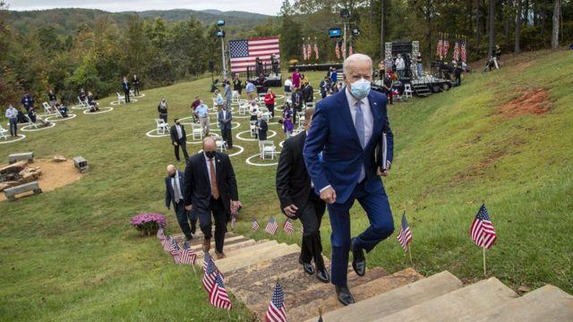 Joe Biden e sua equipe de segurança em um evento de campanha ao ar livre