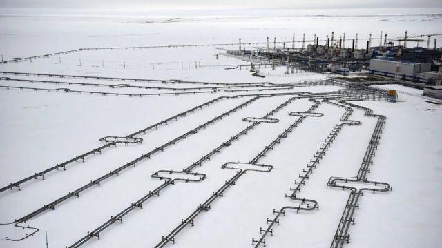 تاسیسات گاز و نفت منظره شمال غرب سیبری را نشانهگذاری کرده است. میدان گازی بووانکوف تنها در ۴۲ کیلومتری یکی از حفرههای انفجاری قرار دارد