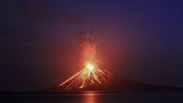 เจ้าหน้าที่ระบุว่า ภูเขาไฟ อะนัก กรากาตัว อาจจะเป็นสาเหตุของดินถล่มใต้ทะเล