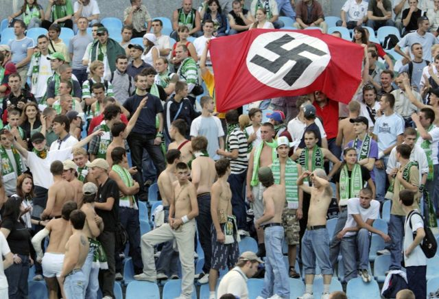 Los seguidores del Karpaty Lviv sostienen una bandera nazi en el partido contra el Dynamo en Kiev el 19 de agosto de 2007.