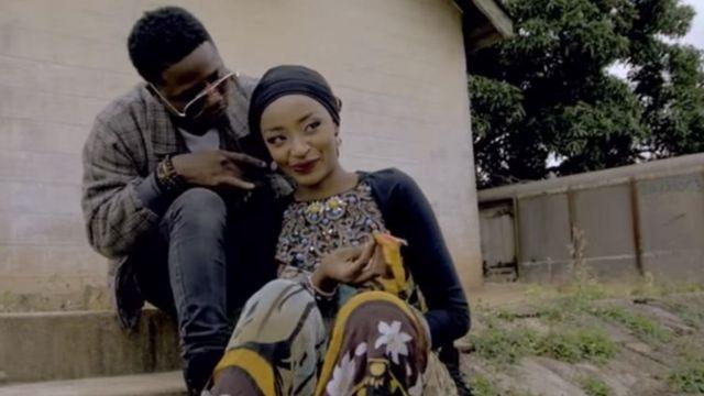 नाइजीरिया की अभिनेत्री रहमा सदाउ पॉप स्टार क्लासिक के साथ