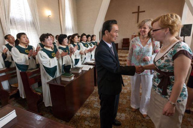 평양 칠골교회 방문한 외국인 관광객