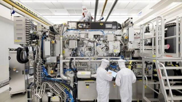 محتویات دستگاه انایکس۳۴۰۰ شرکت ایاسامال هنگام استفاده با قطعات فلزی پوشیده میشود