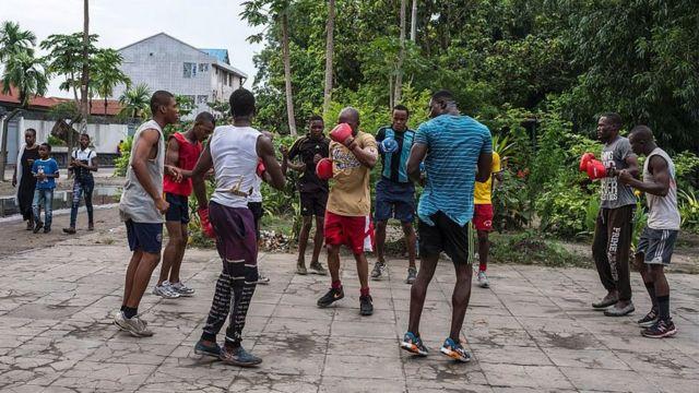 Mutane na gwajin wasan dambe a harabar filin wasa na Tata Rapheal da ke Kinshasa a ranar 18 ga watan Disambar shekarar 2016