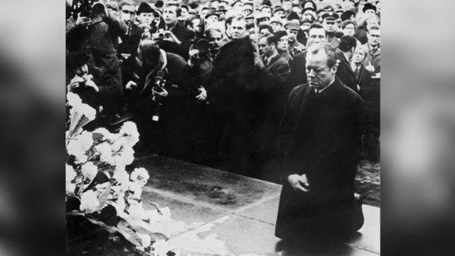 Biểu tượng lớn của châu Âu ngày 7/12/1970: Thủ tướng Tây Đức Willy Brandt quỳ gối trước tượng Khởi nghĩa Ghetto Do Thái ở Warsaw.