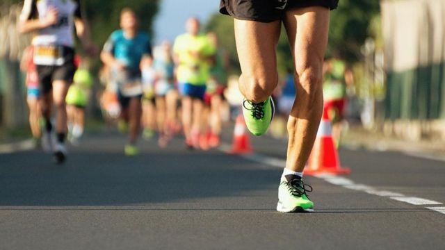 Pessoas participam de uma corrida
