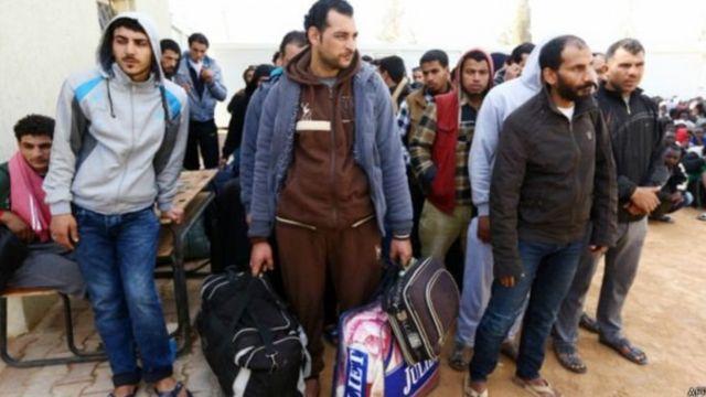 हज़ारों की तादाद में पंहुच रहे हैं शरणार्थी