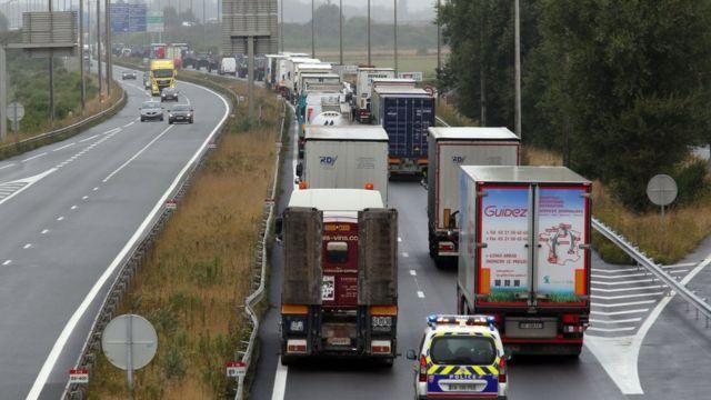 Грузовики на шоссе А16, ведущему к Кале