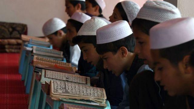 Niños estudiando el corán