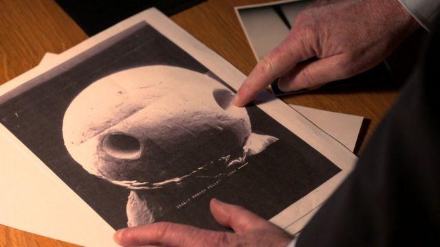 Riley mostra objeto metálico encontrado em tecido de corpo de Georgi Markov