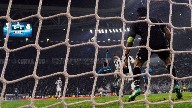 Cristiano Ronaldo remata de chilena.