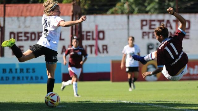 Una jugadora del UAI Urquiza remata en un partido de la liga argentina.