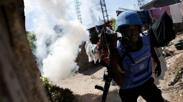 Un soldado y gas lacrimógeno