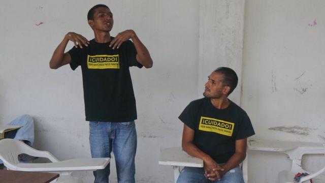 Natalio Pinto (der.) y su compañero del Círculo de Hombres de Cali Jasir Banguero durante el taller.