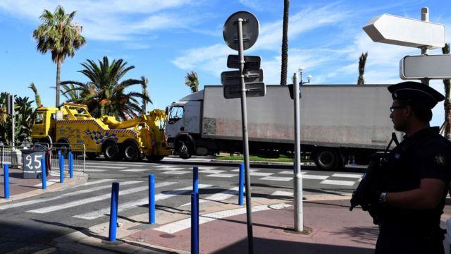 Policía mirando el camión con el que se perpetró el ataque en Niza.