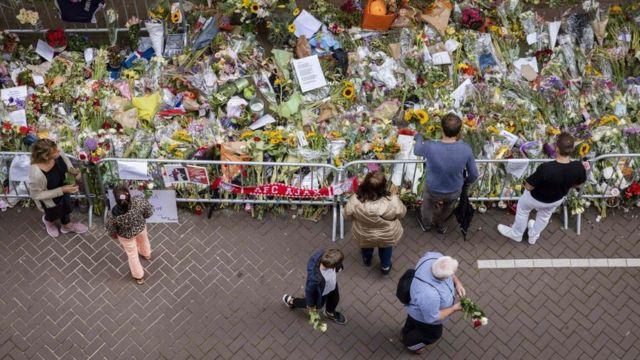 Цветы на месте убийства журналиста