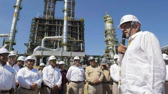 El presidente López Obrador apuesta al petróleo como motor de la economía.