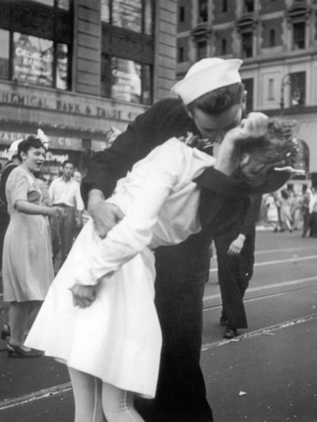 1945-ci il avqustun 14-də Nyu Yorkun Times Meydanında dənizçinin qəftələn öpdüyü xanım Friedman