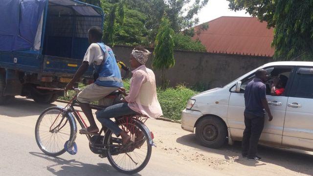 Dans la capitale burundaise, des milliers de personnes prennent les vélos-taxis pour se déplacer.