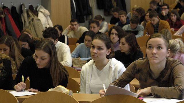 Estudiantes en un salón de clase.