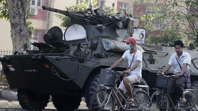缅甸军队首次在仰光街头派驻装甲车。